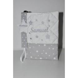 Box cadeau naissance: protège-carnet de santé gris avec attache-tétine/sucette étoile brodées personnalisées brodé au nom