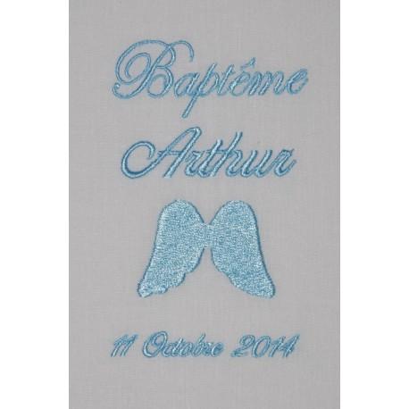 écharpe de baptême bébé aile d'ange personnalisée brodée bleu ciel garà§on